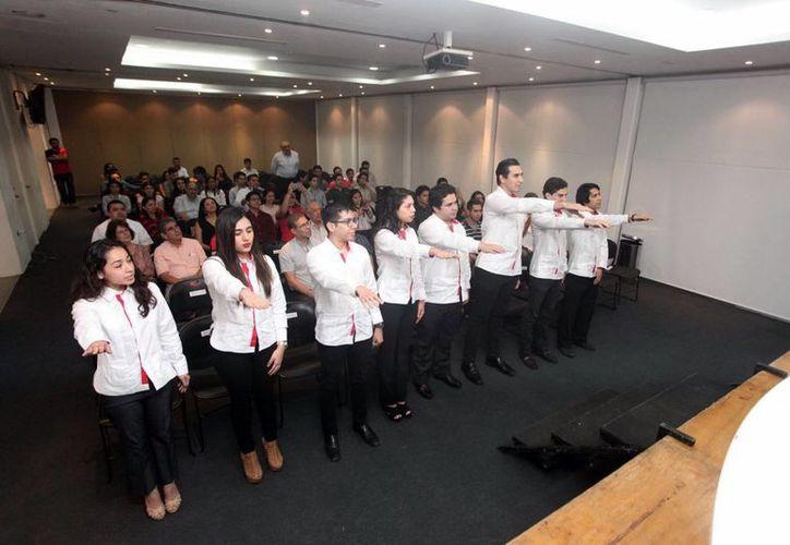 Los jóvenes que ahora forman parte de la directiva del IMEF Universitario rindieron protesta ayer en la Universidad Marista. (Amilcar Rodríguez/Milenio Novedades)