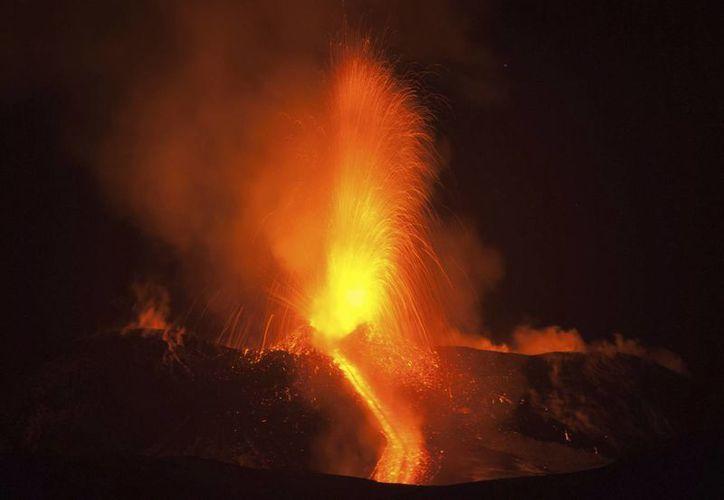 Imagen de la erupción del monte Etna, el volcán más activo de Europa, cerca de la ciudad siciliana de Catania, sur de Italia, este martes. La erupción no es peligrosa y no provoca atrasos o cierre del aeropuerto de Catania ubicado en la isla. (AP Photo / Salvatore Allegra)