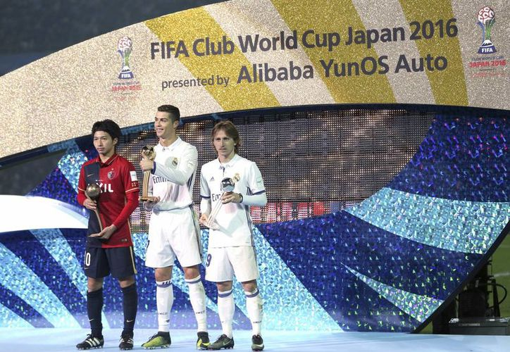 El centrocampista del Real Madrid, Cristiano Ronaldo, posa con su compañero de equipo Luka Modric y Kashima Antlers Gaku Shibasaki (izquierda) después de que su equipo venció a Kashima por 4-2, para ganar el torneo de la Copa Mundial de Clubes de la FIFA en Yokohama, 2016. (Foto AP / Shizuo Kambayashi)