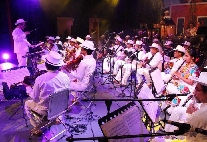 """Este jueves, la Orquesta Típica de Yukalpetén ofrecerá el concierto """"Grandes voces, grandes compositores"""", esto como parte del Otoño Cultural 2015. (Imágenes de la Sedeculta)"""