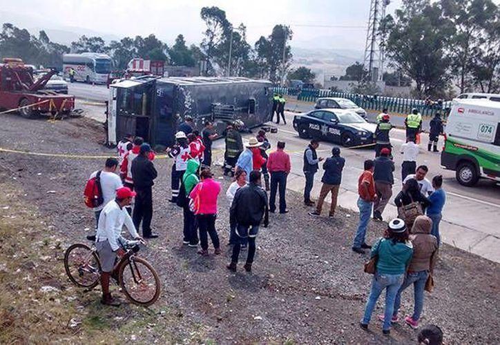 Así quedó el autobús luego del percance en la autopista México-Puebla. (Foto: excelsior.com.mx)