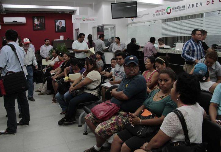 Piden a los ciudadanos solicitar su estado de cuenta en el Ayuntamiento. (Tomás Álvarez/SIPSE)