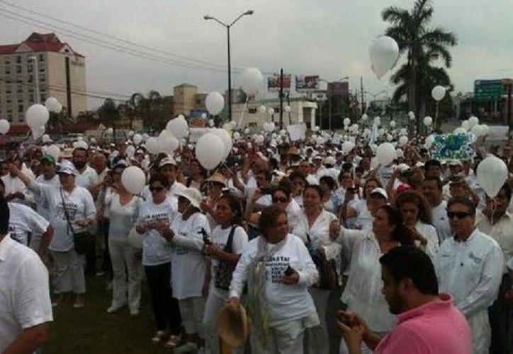 La marcha por la paz comenzó sobre la avenida Miguel Hidalgo y se dirigió hacia el centro de convenciones de Tampico. (Milenio)