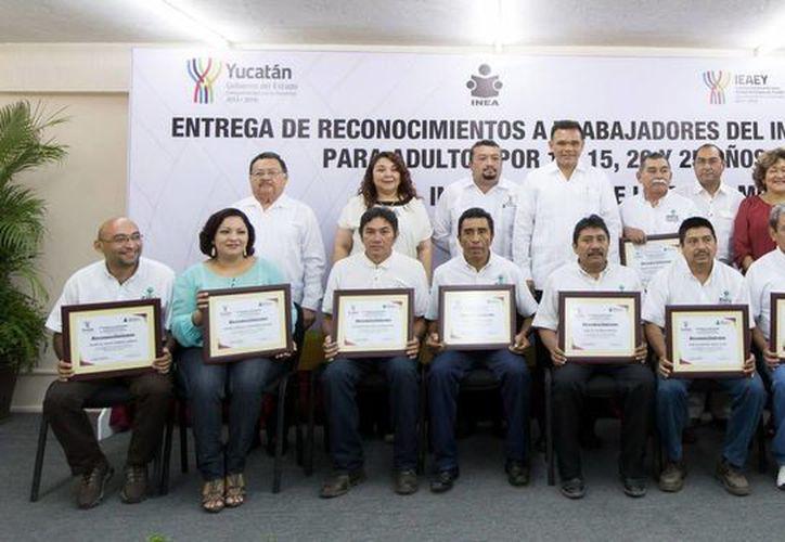El Gobernador entregó reconocimientos a empleados del Ieaey de 10, 15, 20 y 25 años de servicio. (Milenio Novedades)