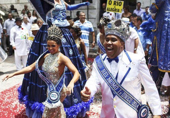 El rey Momo (derecha) acompañado la reina del carnaval de este año, Letícia Martins Guimarães (izquierda), en la ceremonia de inicio del Carnaval en Río de Janeiro, Brasil. (EFE)