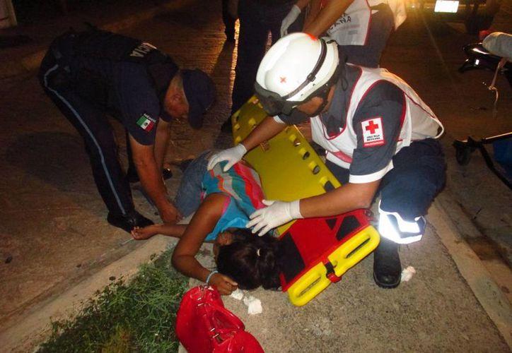 Una mujer que se encontraba tirada el la calle causó la alerta de los transeúntes, quienes reportaron el hecho al número de emergencias.  (Redacción/SIPSE)