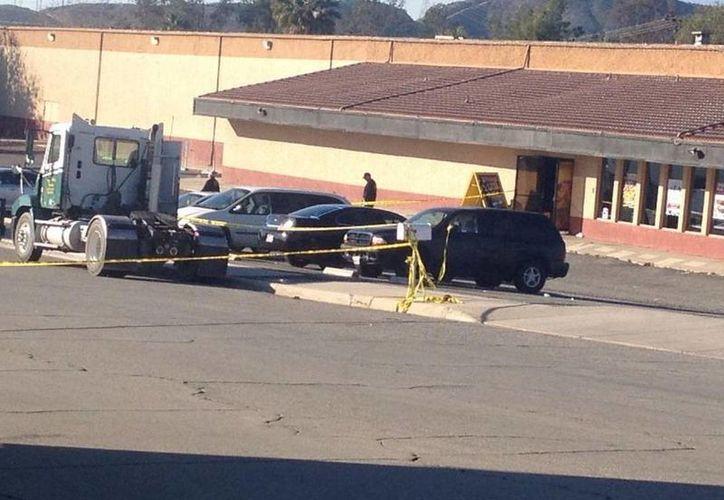 La policía llegó a Cal Skate para iniciar las investigaciones sobre el tiroteo que dejó dos heridos y un muerto.(Twitter/@SBcityNOW)