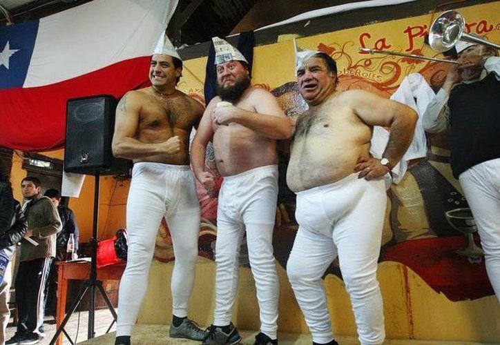 Un calzoncillo largo pa' Chilito es una campaña que por tercera vez organiza el Hogar de Cristo y Los Guachacas de Chile, con la finalidad de apoyar a las personas en situación de calle y abandono en Chile. (tecache.cl)
