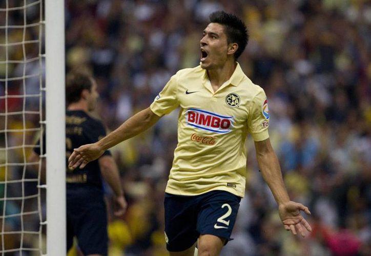 El defensa argentino Paolo Goltz aprovechó una de la pocas oportunidades claras de gol que tuvo el América frente a Pumas, en el estadio Azteca. Águilas se clasificó a las semifinales. (AP)