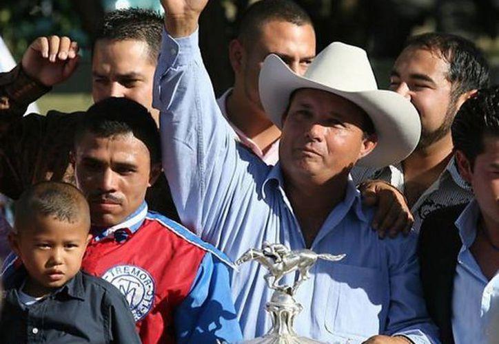 José Treviño Morales (con el brazo levantado) invirtió millones de dólares en la compra de caballos en California, Nuevo México, Oklahoma y Texas, dijeron los fiscales. (Agencias)