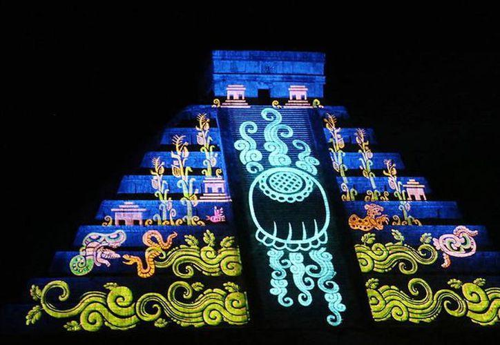 Siete proyectores de alta definición iluminaron una parte de la pirámide de Kukulcán. (Milenio Novedades)