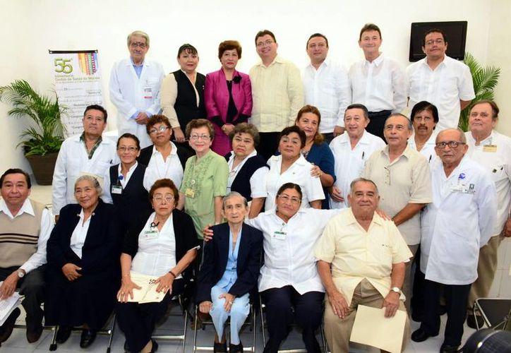 Trabajadores del Centro de Salud recibieron reconocimientos por su antigüedad, de manos del secretario de Salud de Yucatán, Jorge Eduardo Mendoza Mézquita. (Milenio Novedades)