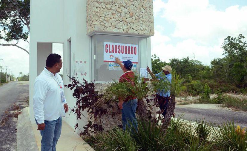 """El Ayuntamiento de Benito Juárez ha realizado clausuras en diversas zonas de la ciudad; un informe indica que los predios fueron vendidos """"en cómodas facilidades de pago"""". (Karim Moisés/SIPSE)"""