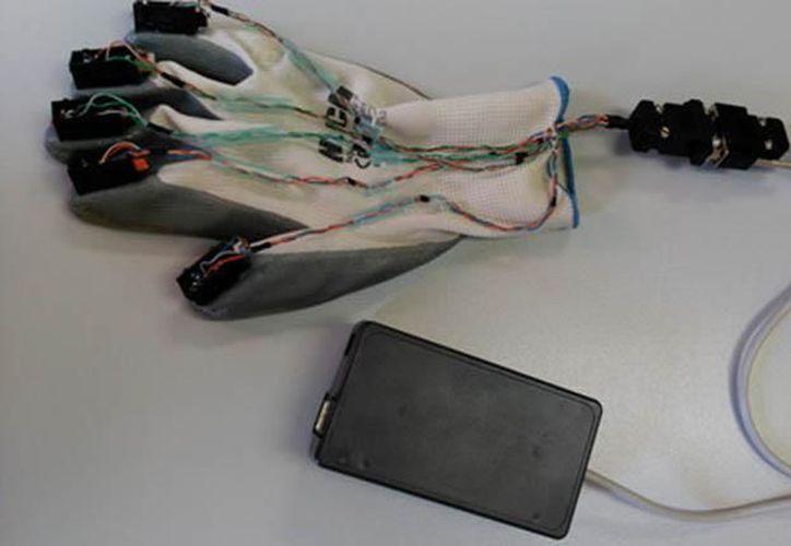 El guante puede mandar y recibir señales que se traducen a vibraciones. (Los Tiempos)