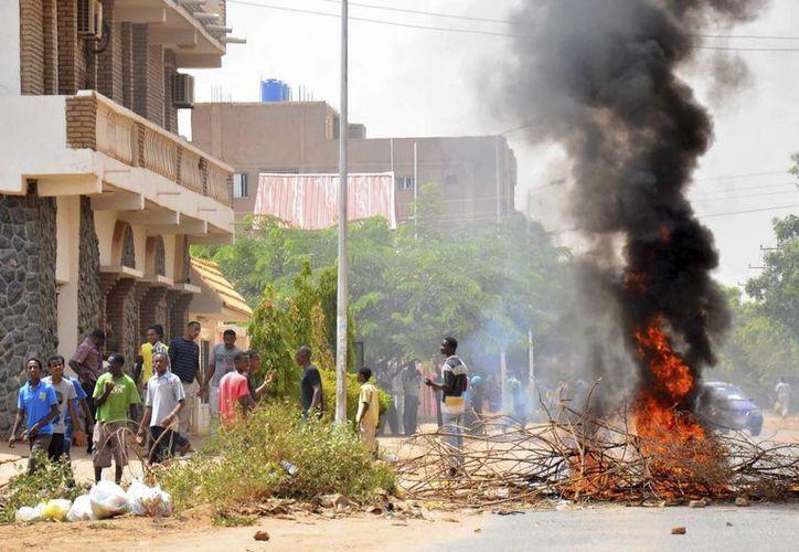 Algunos manifestantes bloquearon una carretera durante los disturbios desencadenados en las protestas. (EFE)