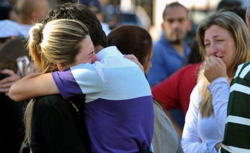 El dolor de los familiares de las víctimas del incendio registrado en la ciudad sureña de Santa María. (AP)