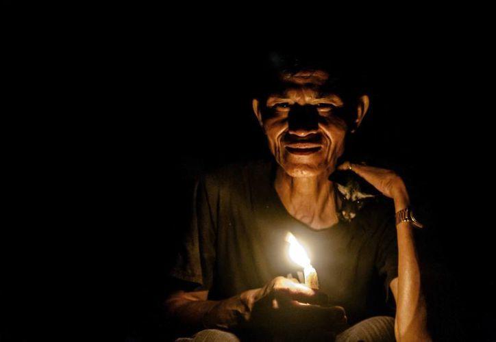Fotografía de Khieng Ay, curandero y medium que utiliza la magia para curar enfermedades y proteger de los espíritus, en su casa cerca de Banlung, capital provincial de Ratanakiri, Camboya. (EFE)
