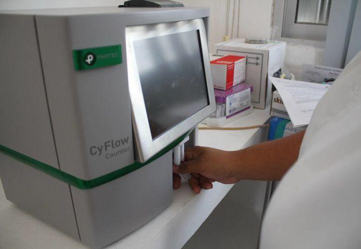 Máquina de CD4 (Cyflow) para diagnosticar la enfermedad. (Redacción/SIPSE)