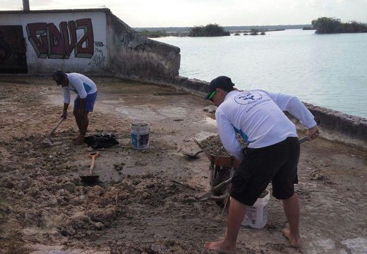 Los desechos que retiraron fueron llevados al relleno sanitario y después se dedicaron a pintar con cal las paredes y colocaron letreros de concienciación ciudadana.