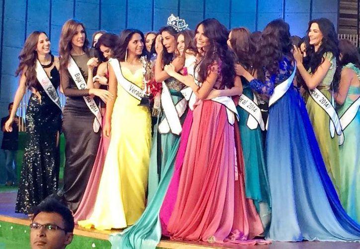 Imagen de la coronación de Nuestra Belleza México 2014,  Wendolly Esparza Delgadillo. (@lupinajonesfans)