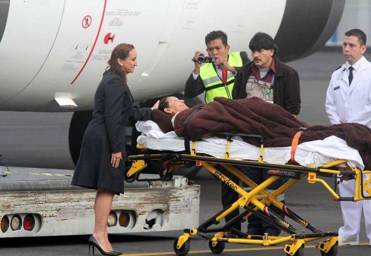 Las autoridades egipcias aseguran que está avanzando la investigación sobre el ataque del que fueron víctimas varios turistas mexicanos. En la imagen, la canciller Claudia Ruiz Massieu recibe a uno de los lesionados al llegar a México. (Archivo/Notimex)