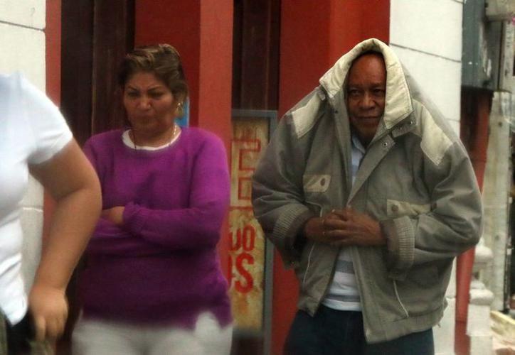 Yucatecos optan por taparse 'con lo que pueden', ante las bajas temperaturas registradas los últimos días. (SIPSE)
