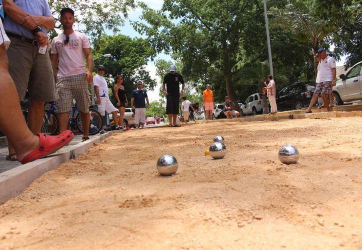 """""""Petanca"""" es un juego que consiste en lanzar de pelotas metálicas sobre tierra, buscando quedar lo más cercano a una pequeña pelota de madera o plástico.  (Luis Ballesteros/SIPSE)"""