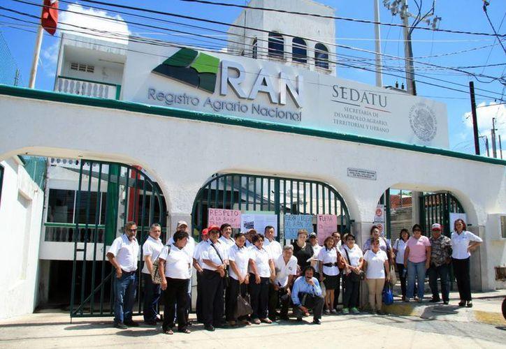 Imagen de la protesta de los trabajadores de la delegación del Registro Agrario Nacional en México. (Israel Cárdenas/SIPSE)