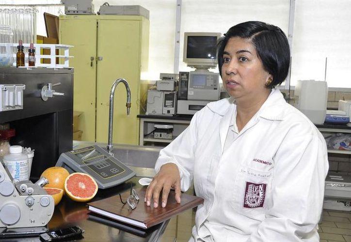 La investigadora Sofía Arellano Cárdenas logró reducir el sabor amargo de la toronja mediante avanzadas técnicas y hacer así más 'bebible' su creación. (almomento.mx)