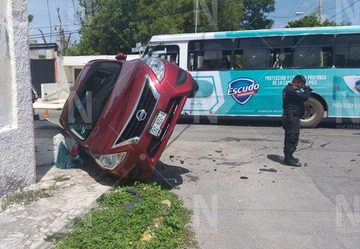 El Versa recibió el golpe de su lado izquierdo y volcó a la derecha. (Novedades Yucatán)