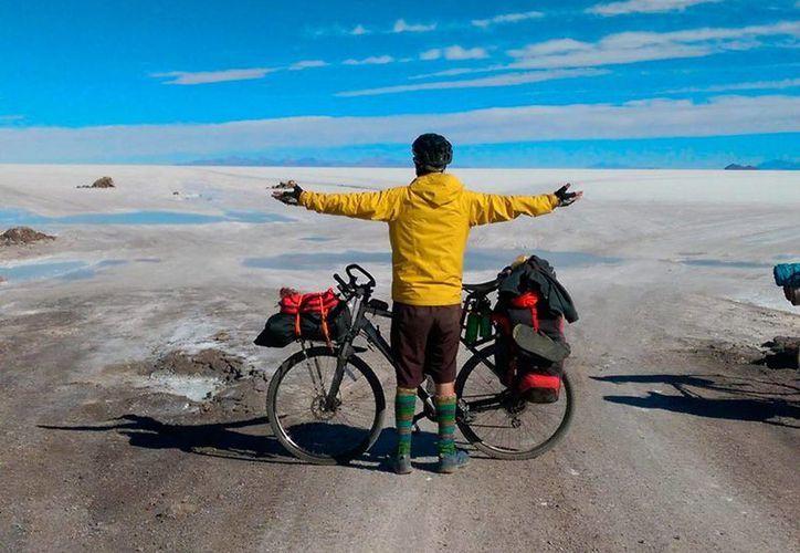 Imagen en el Salar de Uyuni, Bolivia, de Juan Dual, quien recorrió las rutas de Bolivia en bicicleta y se dirige hacia Argentina en una campaña por Latinoamérica para prevenir contra el cáncer, enfermedad que padeció. (EFE/Cortesía Juan Dual)