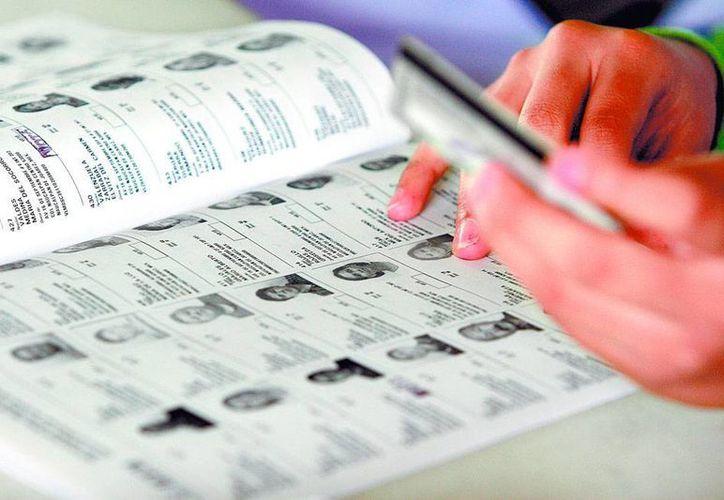 De acuerdo con el INE, ocho mil yucatecos ya renovaron su credencial de elector porque estaban dentro de un universo de poco más de 200,000 cuyas micas vencen al cierre de 2015. La imagen es de contexto. (Milenio Novedades)