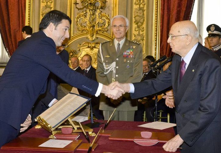 Renzi (i) extiende un saludo al presidente de la República, Giorgio Napolitano, después de hacer el juramento con nuevo primer ministro de Italia. (Agencias)