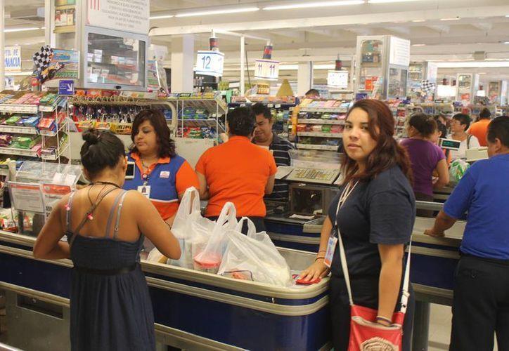 Al momento de pagar en el producto en caja se realiza el aumento, situación que molesta a los clientes, pues no es el mismo precio que se encuentra en los anaqueles. (Hugo Zúñiga/SIPSE)