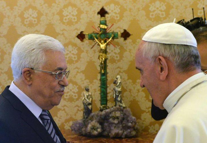 El Papa Francisco en audiencia privada con el presidente palestino, Mahmud Abás, en la biblioteca pontificia. (EFE)