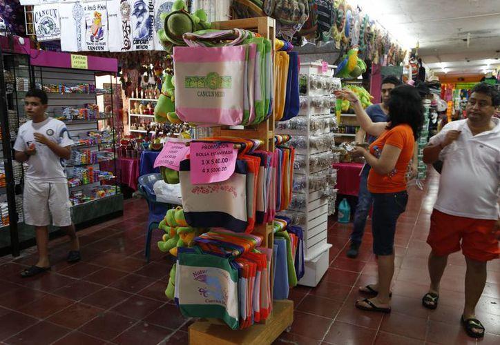 Los comerciantes explicaron que la temporada alta de turismo ya no es garantía de que tendrán altas ventas. (Israel Leal/SIPSE)