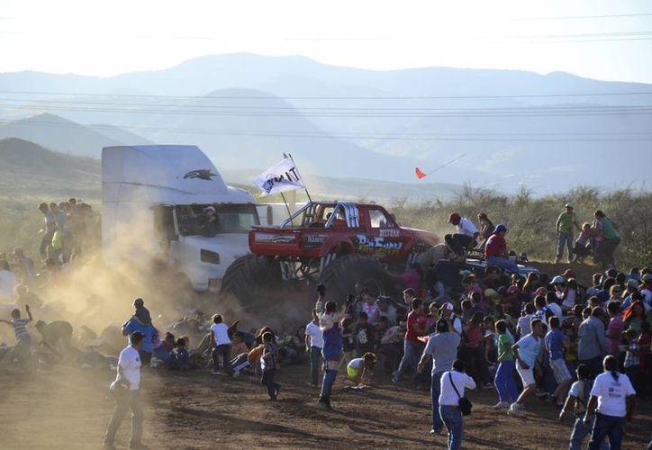 Aunque salió lesionado de su encuentro con el Monster Truck, en Chihuahua, Jesús Manuel Ibarra y su familia sobrevivieron a la experiencia. (Agencias)