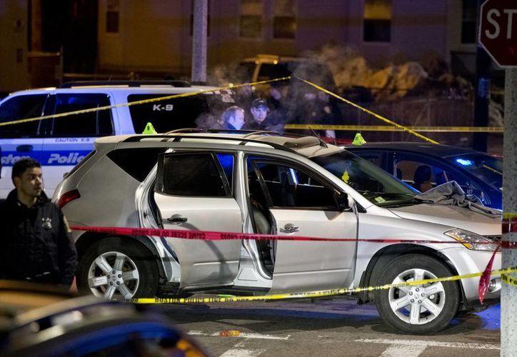 La policía investigan la escena de un tiroteo en Bosto, donde el oficial John Moynihan recibió un disparo en la cara. (Agencias)