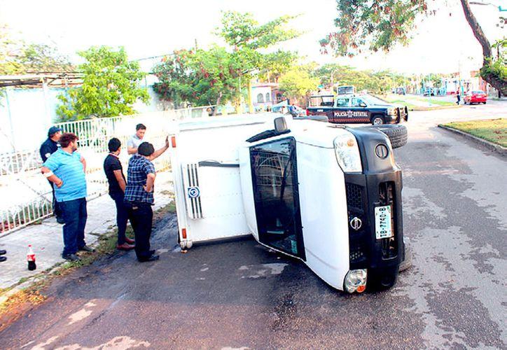 La policía requirió el uso de una grúa para poner de nuevo el Thermo King con las llantas sobre el pavimento. (Foto: Redacción / SIPSE)