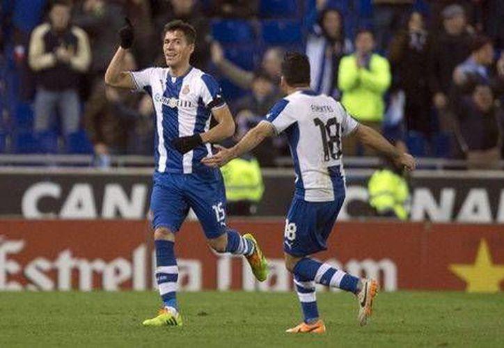Un certero cabezazo de Héctor Moreno dio tres puntos de oro a los <i>periquitos</i>, que provisionalmente suben al octavo sitio en la tabla de posiciones de la liga. (EFE)