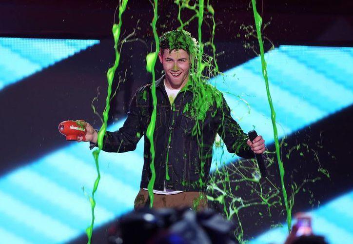 Nick Jonas recibe un baño de 'slime', la viscosa sustancia verde que caracteriza a los Kids Choice Awards. (AP)