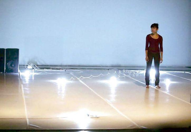 El montaje dancístico 'Pequeños actos de resistencia para la memoria' es protagonizado diversos elementos tecnológicos. (Milenio Novedades)