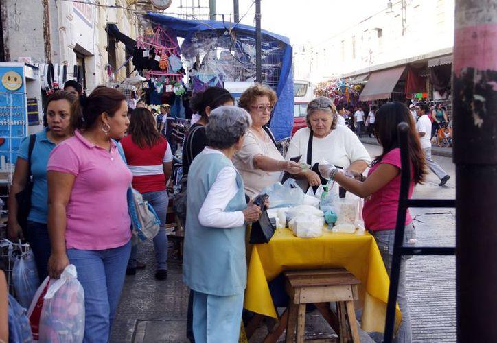 El comercio informal expende productos de mucha demanda, como ropa y juguetes. (Milenio Novedades)