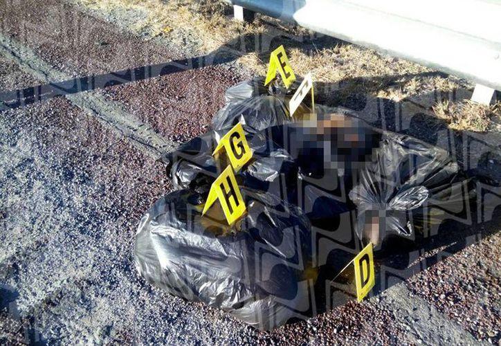 Los restos encontrados en bolsas negras en la Autopista del Sol, fueron llevados al Semefo para su autopsia. Están en calidad de desconocidos.