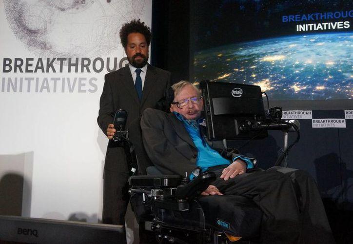 Stephen Hawking llegó a  la científica Real Sociedad de Londres (Royal Society) para apoyar la iniciativa presentada por el programa mundial Breakthrough Initiatives, que tiene como objetivo encontrar vida extraterrestre (Foto/ Notimex)
