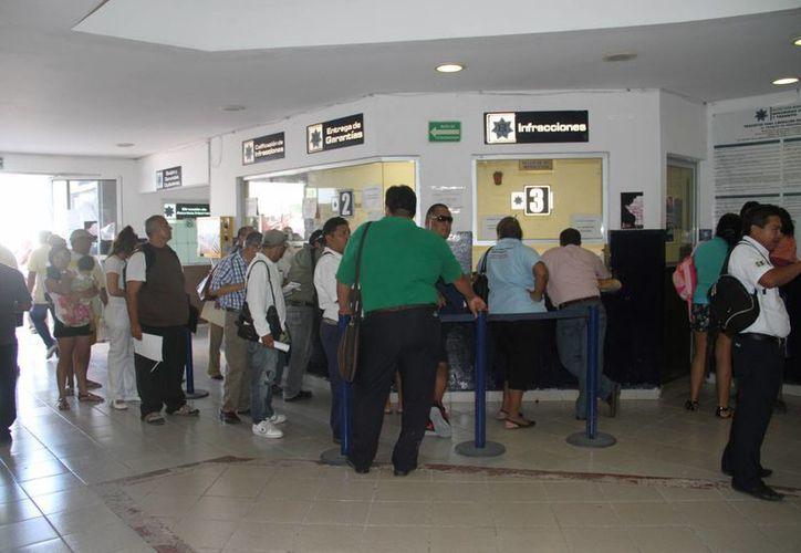 Los ciudadanos pagan sus multas por faltas al reglamento de tránsito. (Tomás Álvarez/SIPSE)