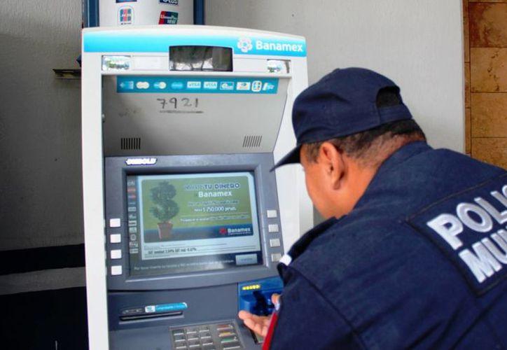 La Policía Municipal realiza un operativo para garantizar la seguridad al usar cajeros automáticos. (Daniel Pacheco/SIPSE)