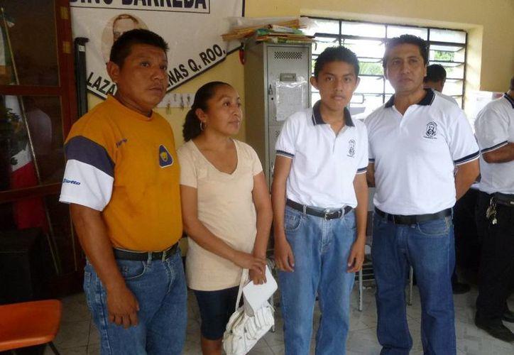 El alumno estuvo acompañado de sus padres y su maestro. (Raúl Balam/SIPSE)