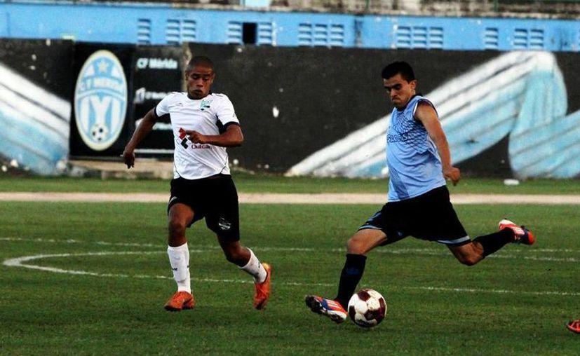 Torres (der) afirma que jugaron en una cancha difícil. (Facebook/Raymundo Torres)