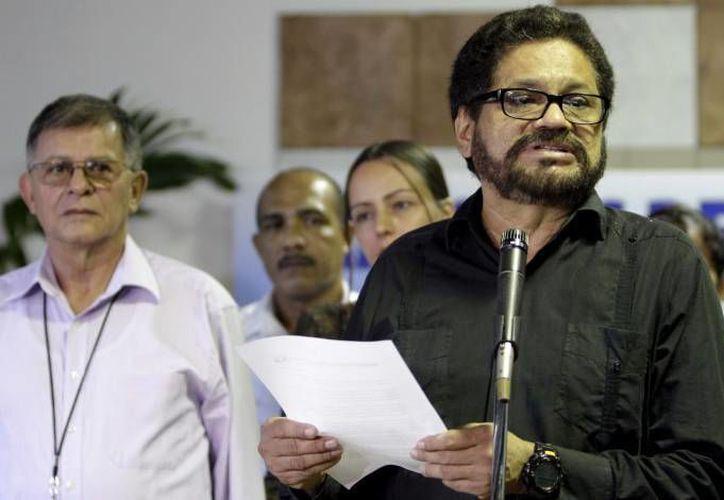 Las FARC (en la foto aparece su negociador Iván Márquez) y el gobierno consultarán a una universidad y a la ONU. (Agencias/Archivo)